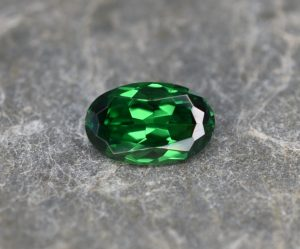Tsavorite_oval_7.9x5.0mm_1.04cts