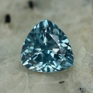 BlueZircon_trillion_6.0mm_1.30cts_zn2622
