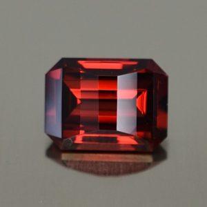 Rhodolite_opp_bar_eme_cut_7.8x5.8mm_1.92cts_rh292